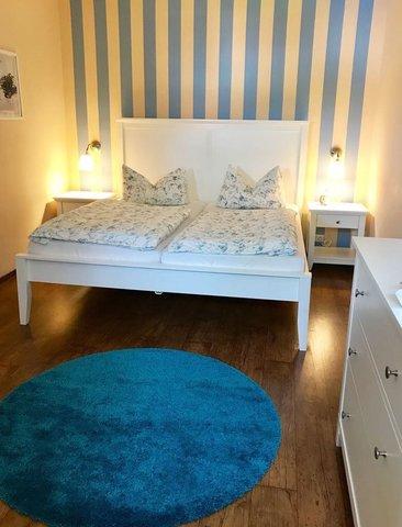 Schlafzimmer mit Doppelbett 1,80 x 2,00 m