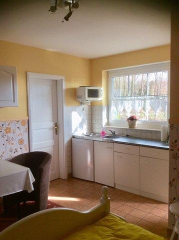 Küchenzeile mit Eingang zum Duschbad