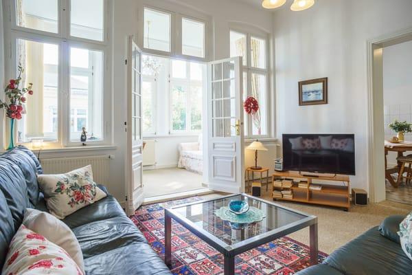 Wohnzimmer mit Veranda und Blick auf die Ostsee