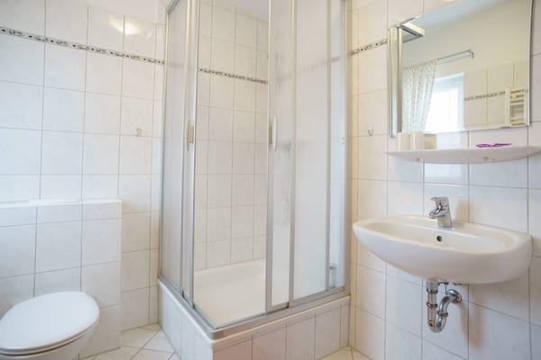 Badezimmer mit Dusche & WC