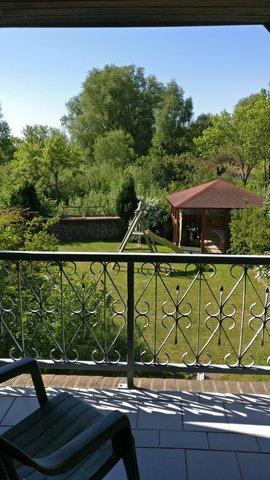 Sicht vom Schlafzimmerbalkon in den Garten