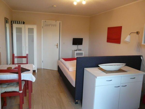 Wohn-/Schlafzimmer, voll ausgestattete Küchenzeile inkl. Geschirrspüler, Kühlschrank mit Eisfach, Mikrowelle/Grill