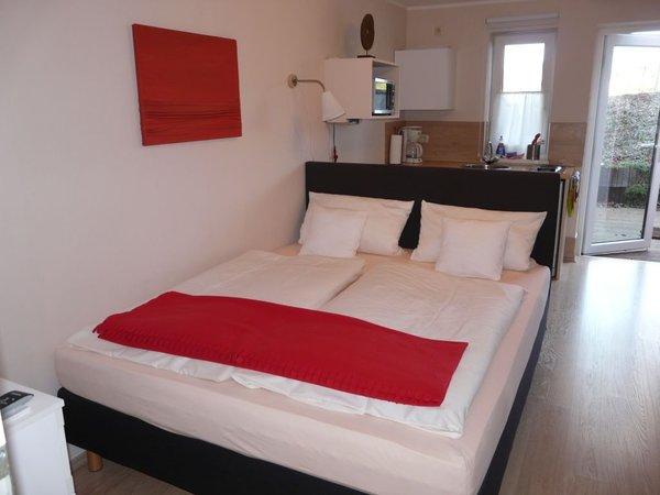 Kombiniertes Wohn/-Schlafzimmer mit Doppelbett (1,60 x 2,00 m), Kleiderschrank, SAT-TV/Radio, Essplatz