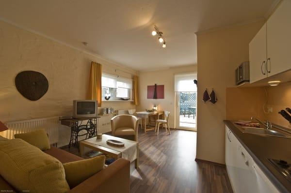 Wohnzimmer mit gemütlicher Aufbettungscouch (1,40 m x 2,00 m, Federkern), LCD-SAT-TV mit DVD-Player, Radio/CD, WLAN