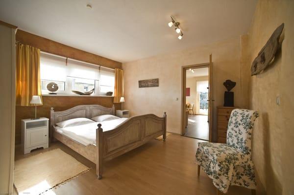 Großes Schlafzimmer im Landhausstil, Kleiderschrank, Kommode, Wickelkommode - ideal für Familien mit Kleinkind