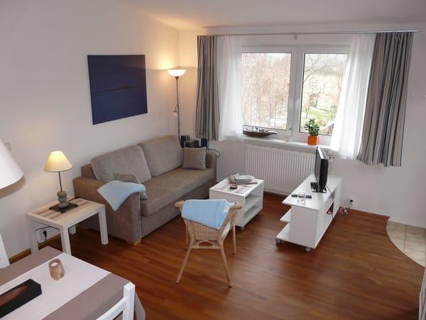 Wohnzimmer mit Schlafcouch, Kleiderschrank, LCD-TV (SAT-TV), Radio/CD