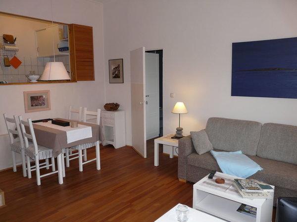 Wohnzimmer mit Sitzecke unterhalb der Küche, Durchgang zum Schlafzimmer
