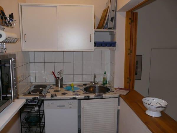 Komplett ausgestattete Küche mit Kühlschrank (mit Eisfach), Geschirrspüler, Mikrowelle/Heißluft/Grill, Kaffeemaschine, Toaster, Wasserkocher u.v.m.