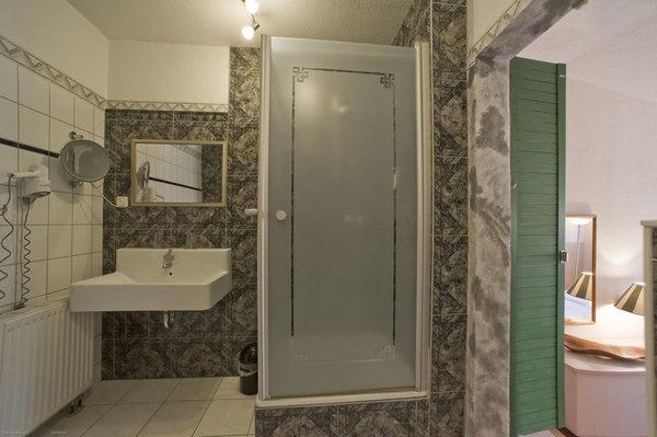 Badezimmer mit Dusche, Waschplatz, Fön, Kosmetikspiegel, WC und Bidet