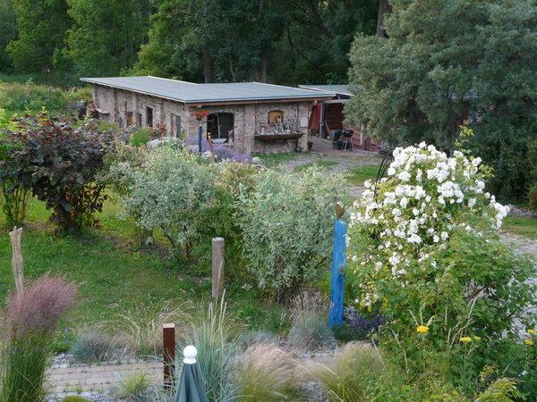 Kunst und Pflanzenpracht im Garten und an der Werkstatt