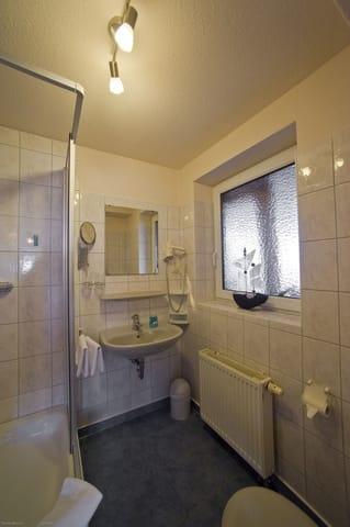 Badezimmer mit Dusche, WC, Fön, Kosmetikspiegel