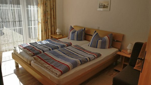 Schlafzimmer mit Kleiderschrank und Kommode, 1 Zustellbett findet Platz