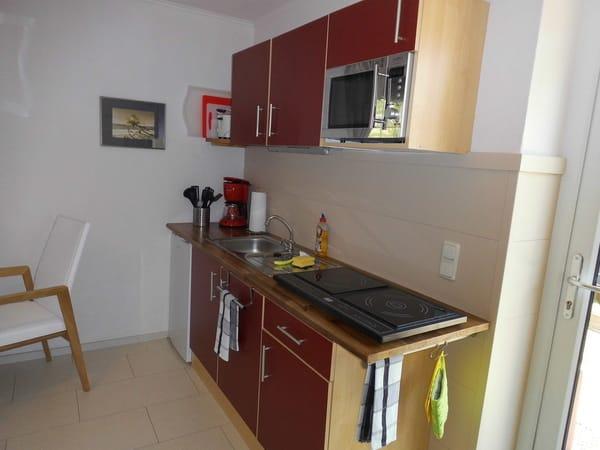 Komplett ausgestattete Einbauküche mit Kühlschrank (mit Gefrierfach), 2-Platten-Induktionskochfeld, Kaffeemaschine, Wasserkocher, Toaster u.v.m.