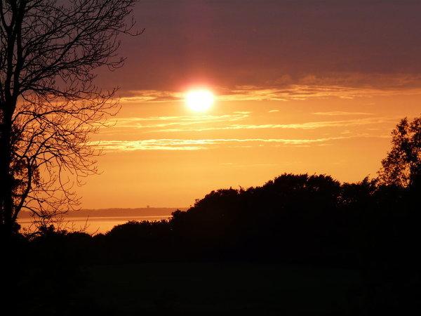 Spektakuläre Sonnenuntergänge direkt im Garten erlebbar