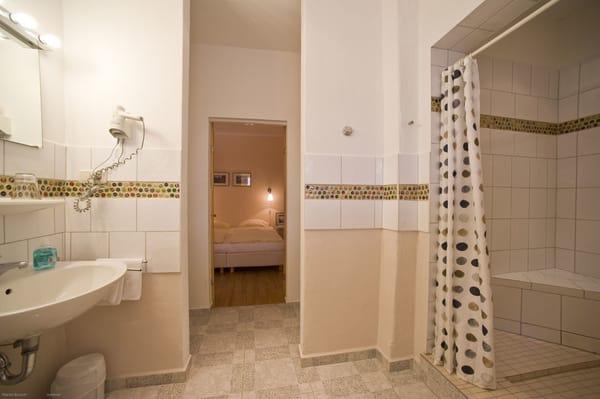 großzügiges Badezimmer mit Waschtisch, Föhn, Kosmetikspiegel, reichlich Stauraum im Durchgang zum Schlafbereich (nicht im Bild sichtbar)