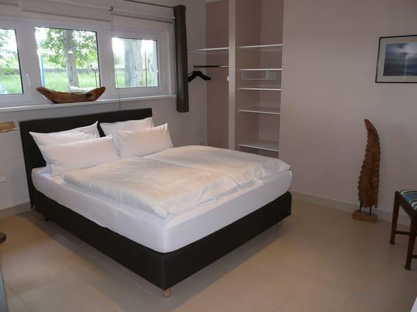 Modernes Schlafzimmer mit Hotelboxspringbett (1,80 x 2 m, Bandscheibenfederkernmatratze), integrierter offener Kleiderschrank, Kommode