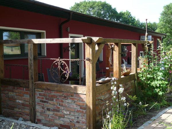 gemütliche Terrasse mit attraktiver Fachwerkkonstruktion und viel Liebe zur Detaildekoration