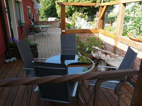 Frühstücken auf der Südost-Terrasse mit moderner Bestuhlung, Grillmöglichkeit