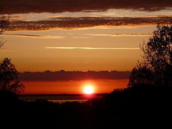Spektakuläre Sonnenuntergänge über der Ostsee - im Garten allabendlich im Sommer zu genießen