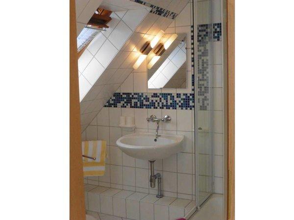 Blick ins Bad / Dusche mit Eckeinstieg