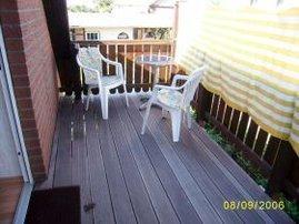 der Balkon hat Morgen- und Abendsonne (Sichtschutz zum Nachbarn)
