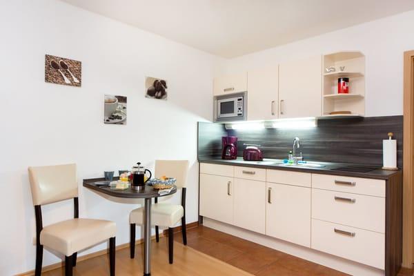 komplett eingerichtete, moderne Küchenzeile mit Geschirrspüler
