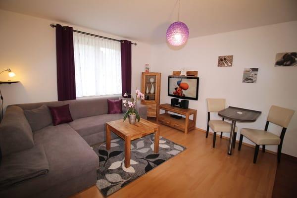 Wohnzimmer mit Flachbild -TV und W-lan