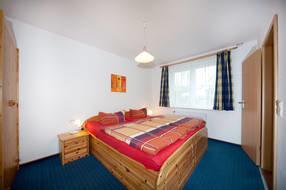Schlafzimmer mit Doppelbett 1.80 x 2.00m mit verstellbaren Lattenrosten und neuen hochwertigen Matratzen für einen hohen Schlafkomfort