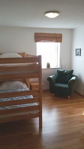 Schlafzimmer 2 mit Etagenbett und Kleiderschrank
