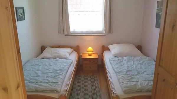 Schlafzimmer 3 mit 2 Einzelbetten und Kleiderschrank