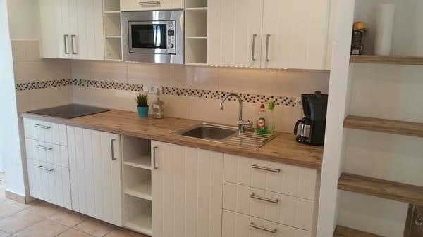 Küche mit Esstisch und Kamin