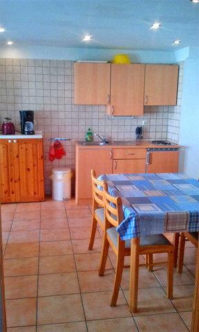 Küche mit Standardausstattung, Esstisch und Kamin