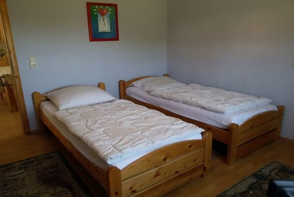 Wohn-Schlafzimmer mit 2 Einzelbetten (man kann sie auch zusammenschieben), Sitzgelegenheit und TV