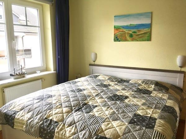 Schlafraum mit großem Doppelbett