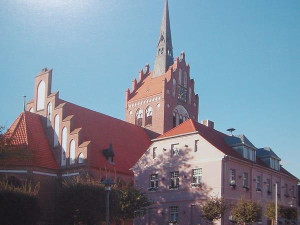Kirche mit Rathaus