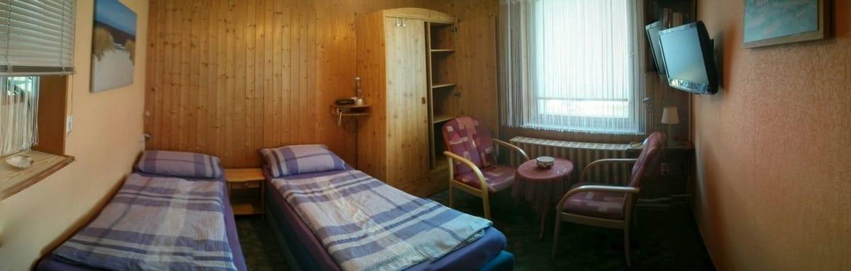 Wohnraum mit Sesselstühlen, Schlafliegen u. TV