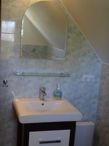 Gästebad mit Dusche für Zimmer 1 & 2