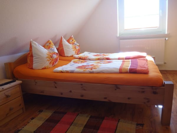 Bett mit Sommerbezug