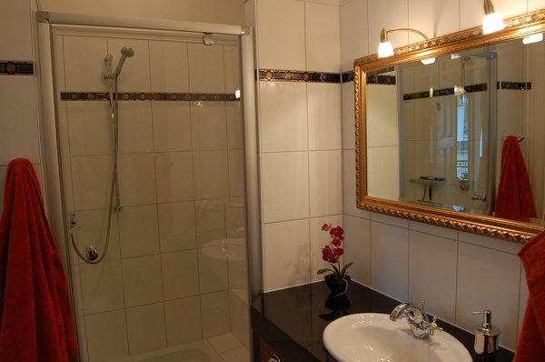 Komfortables Bad mit geräumiger Dusche und Fußbodenheizung