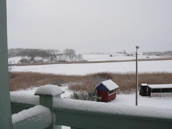 Blick vom Westbalkon auf den verschneiten Neuensiener See