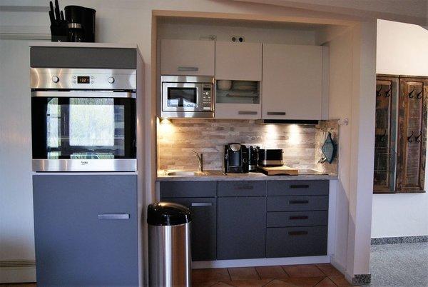 Die neue Einbauküche mit Induktionskochfeld, Hochbaubackofen, Geschirrspüler und Mikrowelle.