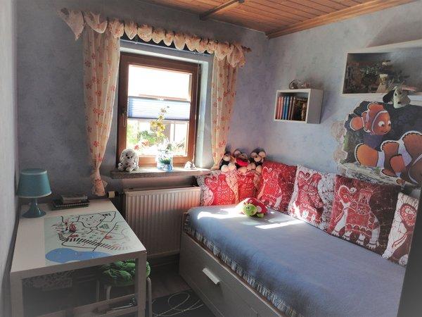 Kleines Zimmer  (Bett kann bis zu ein 160cm breitem Bett ausgezogen werden )