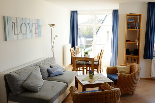 Neuer Wohnzimmertisch , sowie neuer Esstisch mit 4. Stühlen