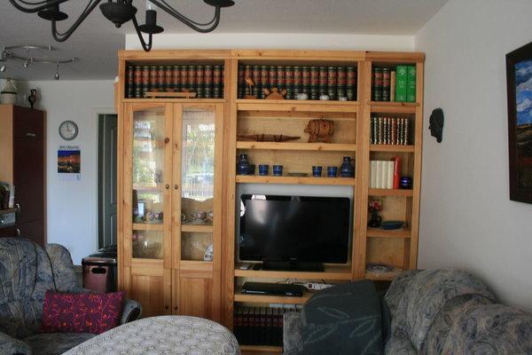 Bücher-Schrankwand aus Kiefernholz mit integriertem Flachbildschirm und DVD-Player