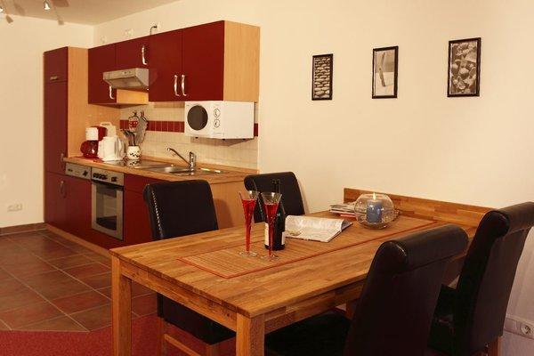 Wohnraum mit kompletter Kochzeile, bestehend aus Kühlschrank, Herd, Mikrowelle, Spülautomat, Gefrierfach, Geräumiger Eßtisch