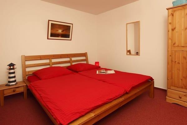 Schlafraum für 3 Personen, 1 stabiles Bett aus Kiefernholz für 2 Personen (1,80 x 2,00 m) sowie ein Schrank aus Kiefernholz