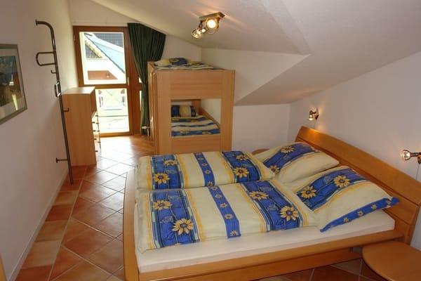 Schlafzimmer mit Doppel- und Etagenbett