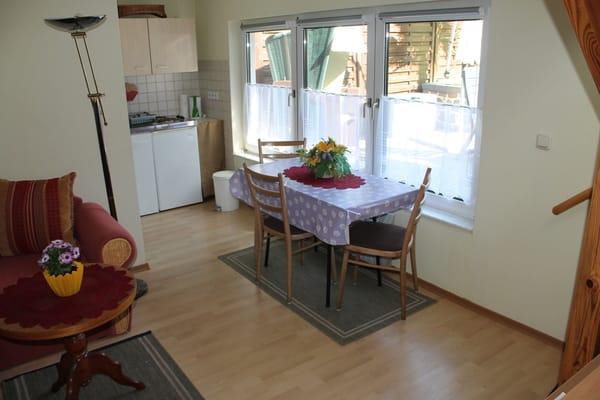 Wohnbereich mit Esstisch, Ansicht von Haustür