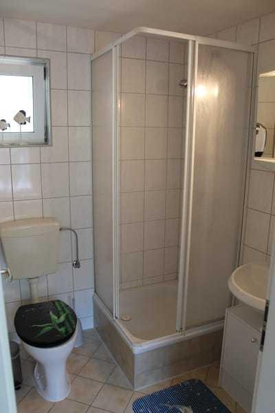 Badezimmer, mit WC, Dusche und Waschbecken