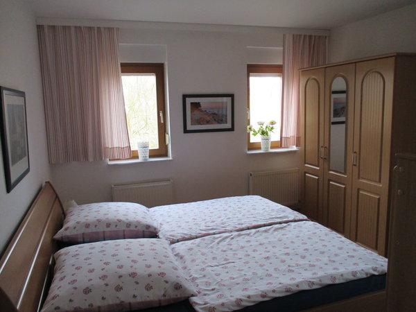 2. Schlafzimmer mit Doppelbett (nicht zu sehen: zusätzliches Etagenbett)